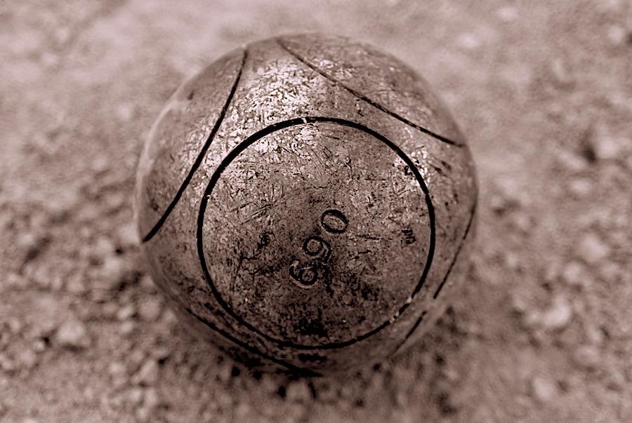 une boule de pétanque de compétition 690 grammes homologuée FIPJP FFPJP