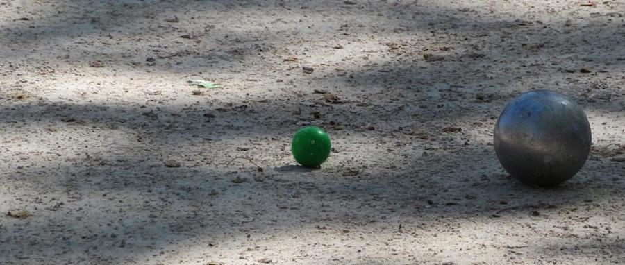 boule de pétanque et cochonnet sur un terrain de pétanque du sud